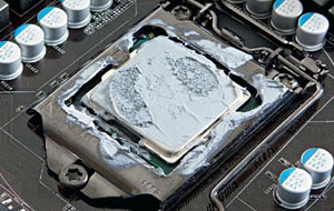 تصویری از یک CPUکه چسب حرارتی روی ان است